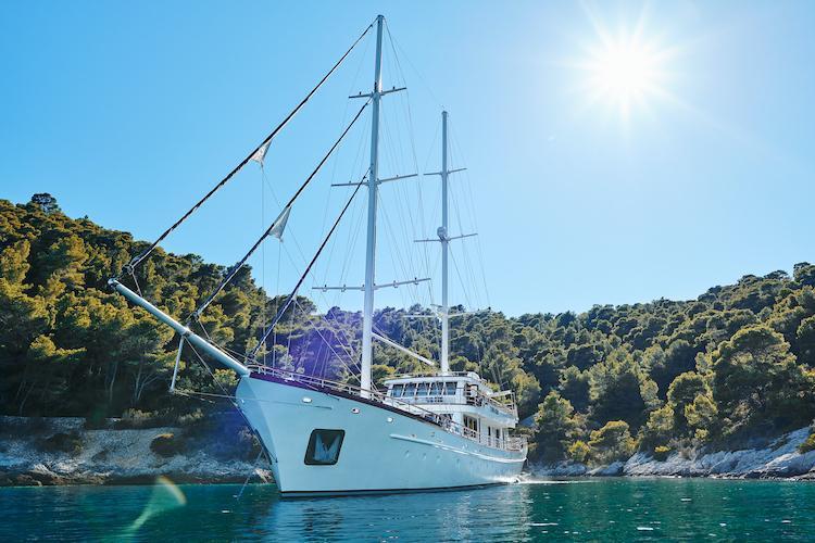 Small cruise ship (Corsario)  - 12