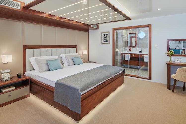 Small cruise ship (Corsario)  - 28