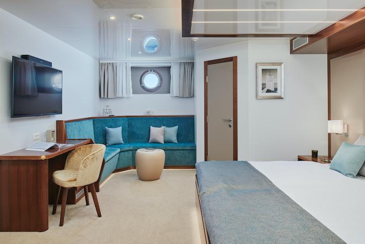 Small cruise ship (Corsario)  - 30