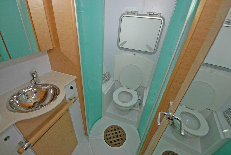 Lagoon 500 (Infinity) Bathroom - 1