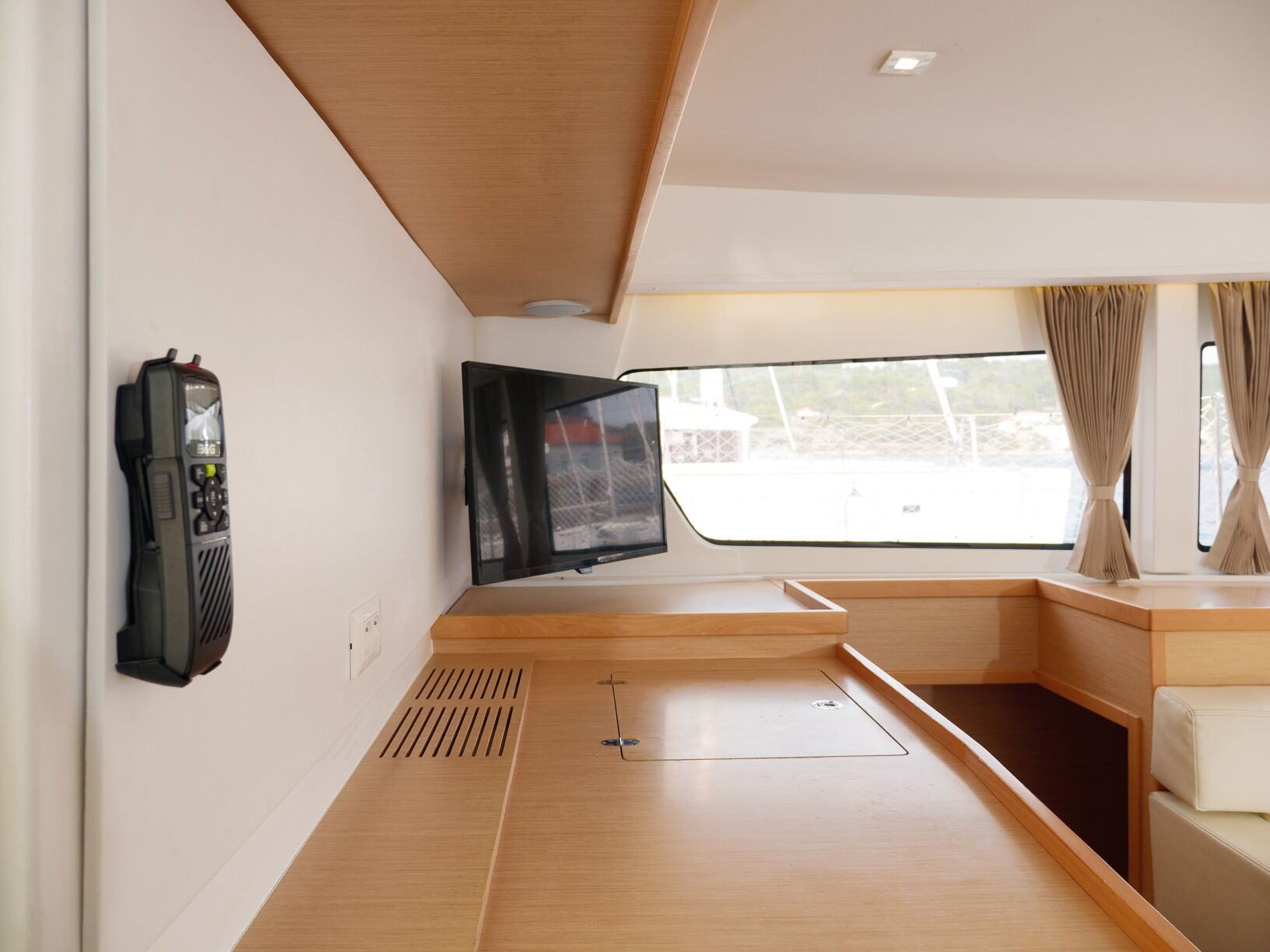 Lagoon 42 (GALAPAGOS) Interior - saloon (photo taken 2019) - 5