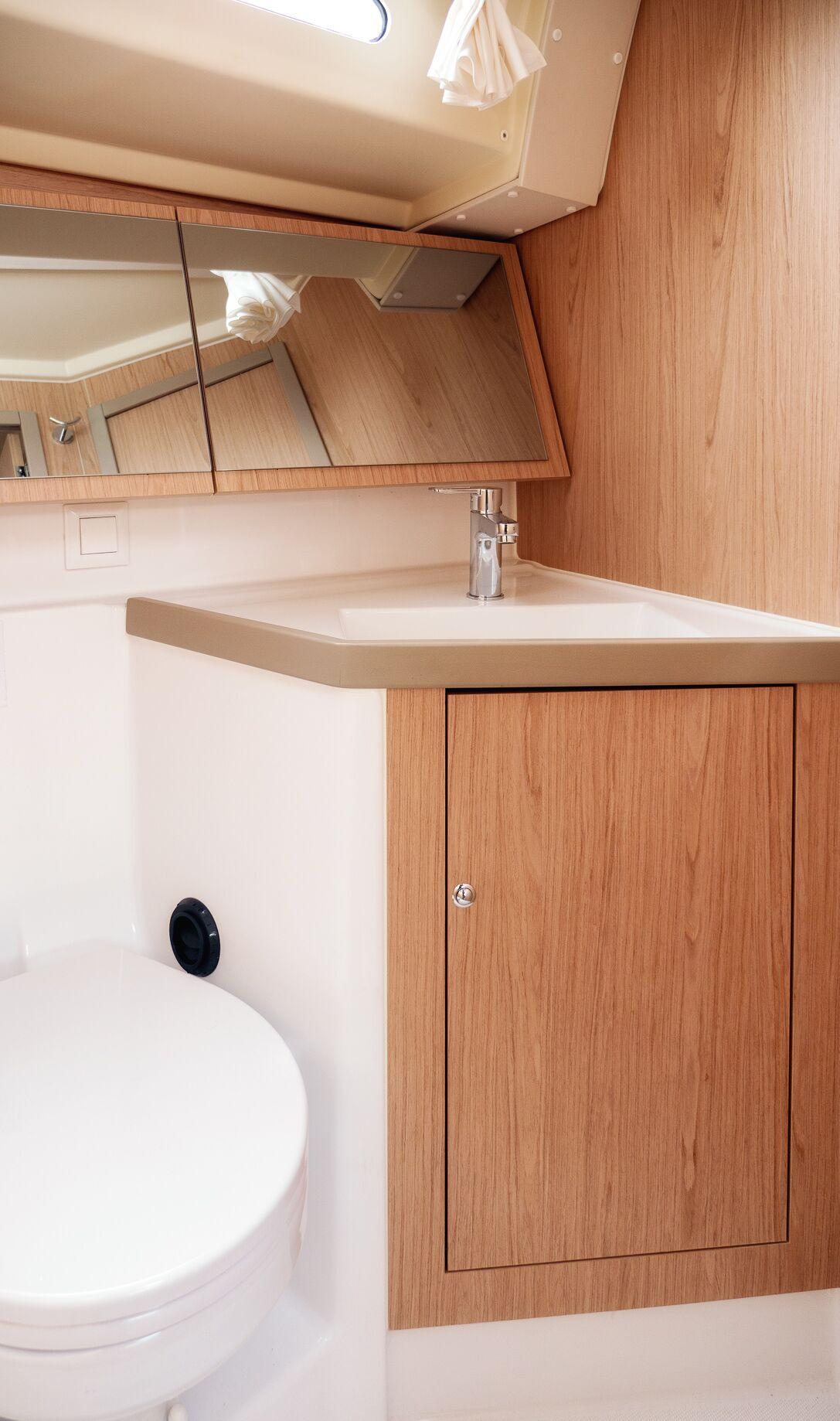Oceanis 41.1 (GOA) Interior - toilet (photo taken 2019) - 11