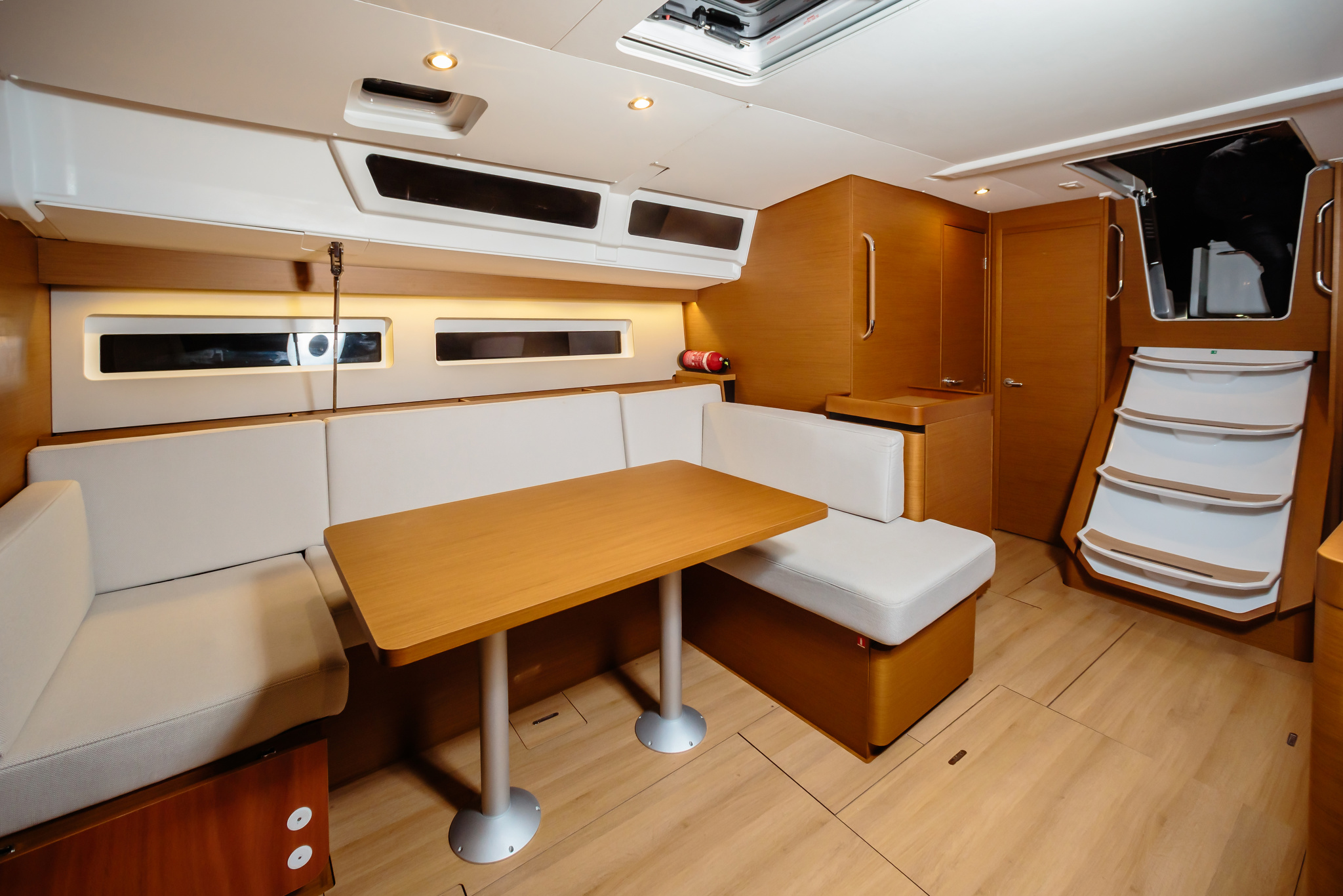 Sun Odyssey 490 (Chaos) dinette - 1