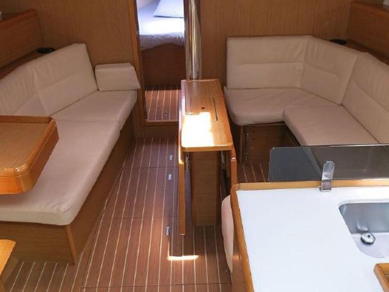 Oceanis 42 () Interior image - 2