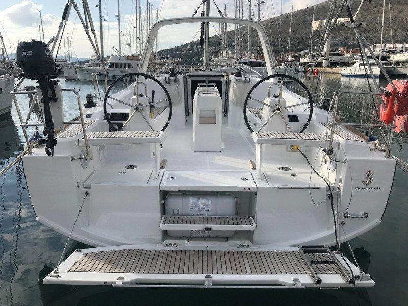 Oceanis 38.1 (Baby Dory AC shore power underwater light blue hull)  - 15