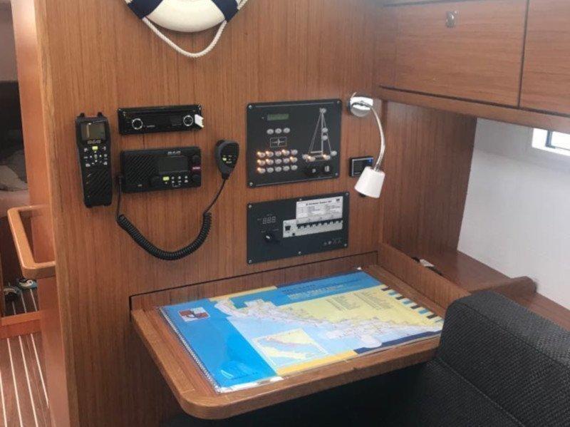 Bavaria Cruiser 37 (Baby Panda AC shore power underwater light)  - 4