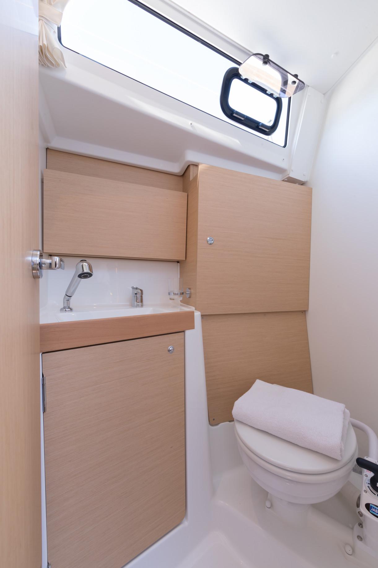Oceanis 38.1 (Loviisa) toilet - 1