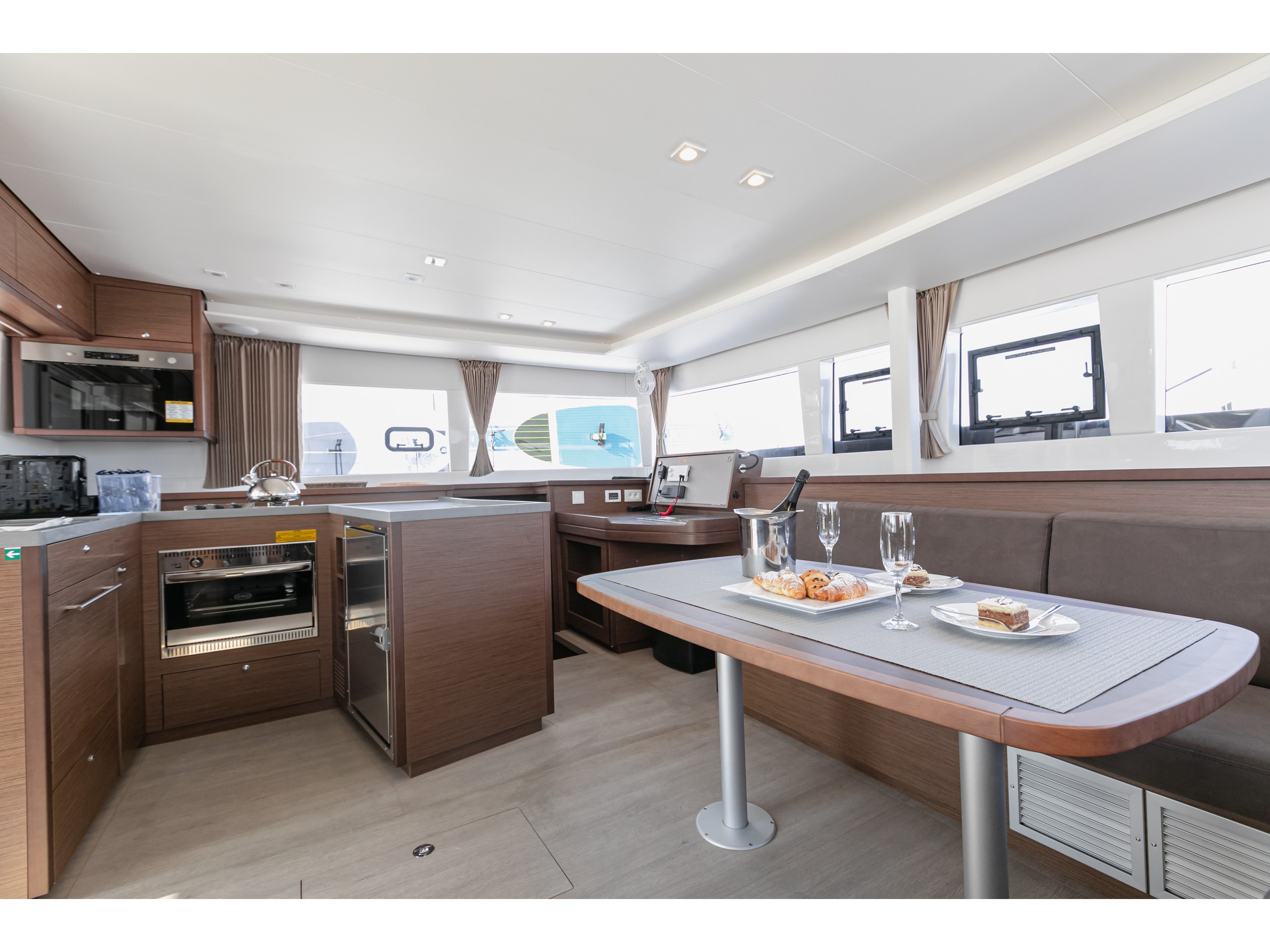 Lagoon 450 F (2019) equipped with generator, A/C ( (WIDE DREAM) Interior image - 19