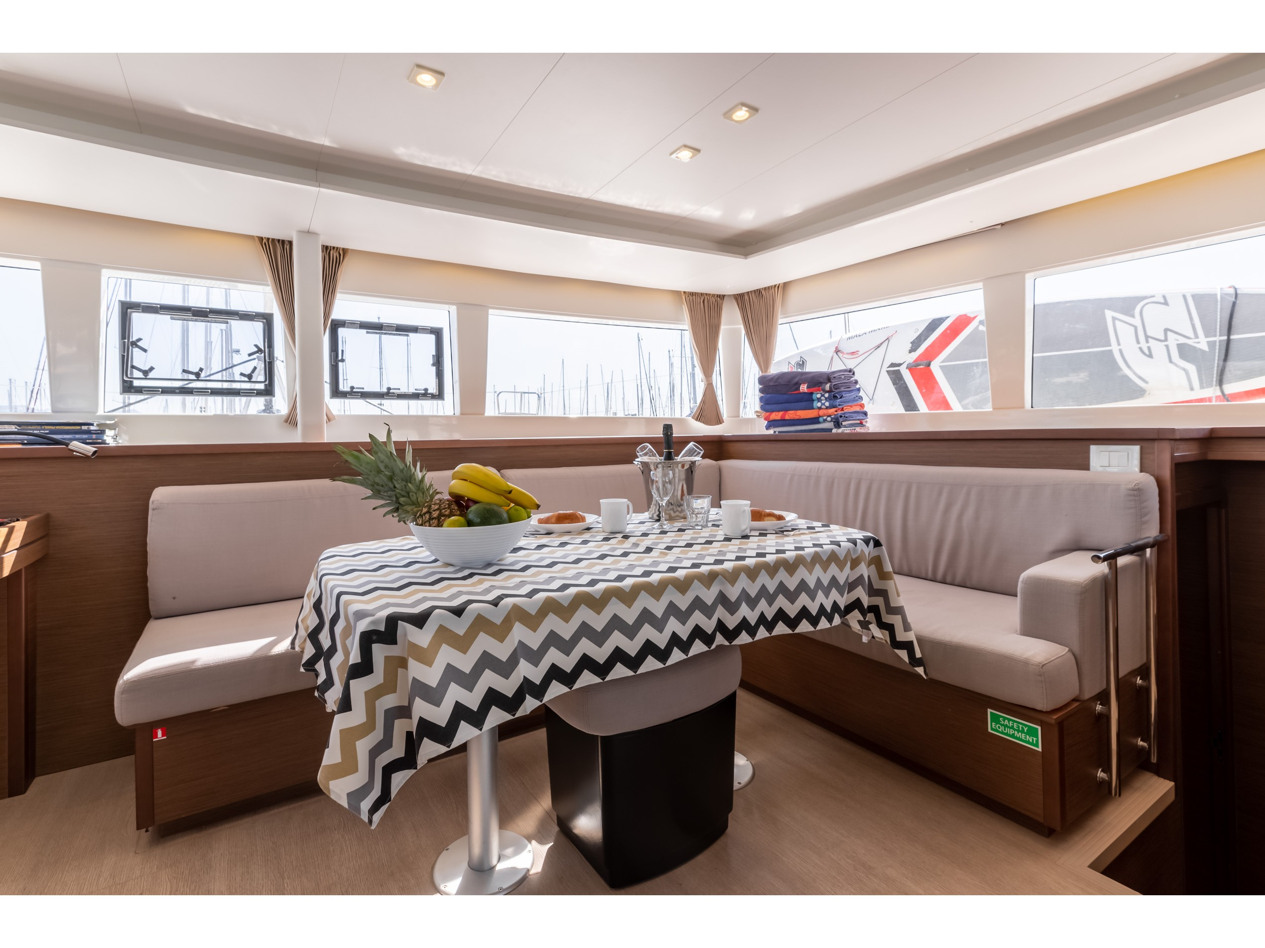 Lagoon 450 F (2018) equipped with generator, A/C ( (MALA MARE) Interior image - 2