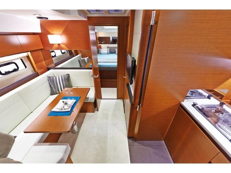 Leader 40 (843 MA) Interior image - 5