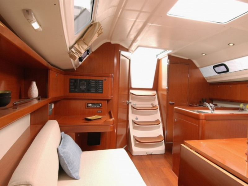 Oceanis 323 (Lily) Interior image - 2