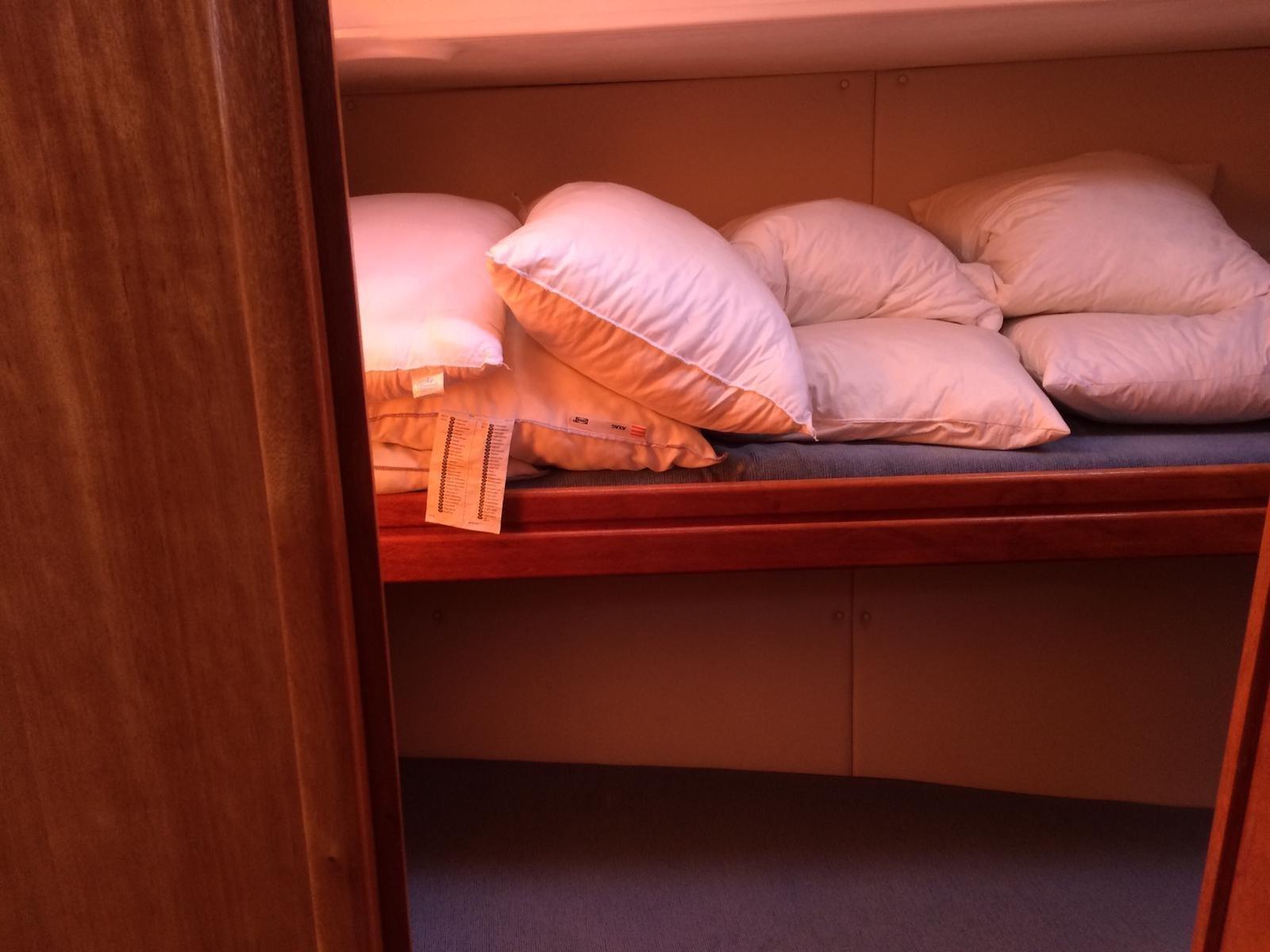 Bavaria 46 (Sunrise) bunk beds cabin - 12