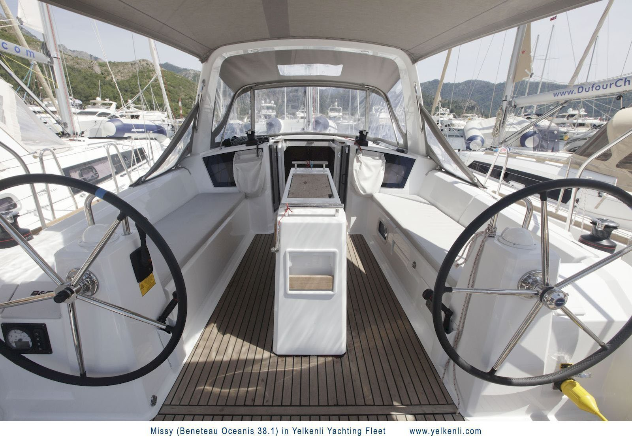 Oceanis 38.1 (Missy) Cockpit - 6