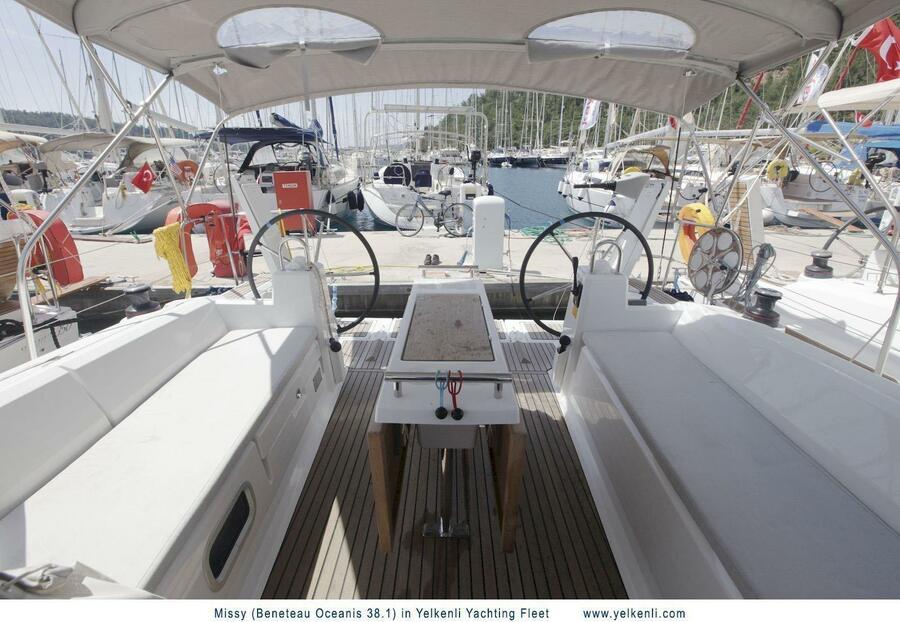 Oceanis 38.1 (Missy) Cockpit - 9