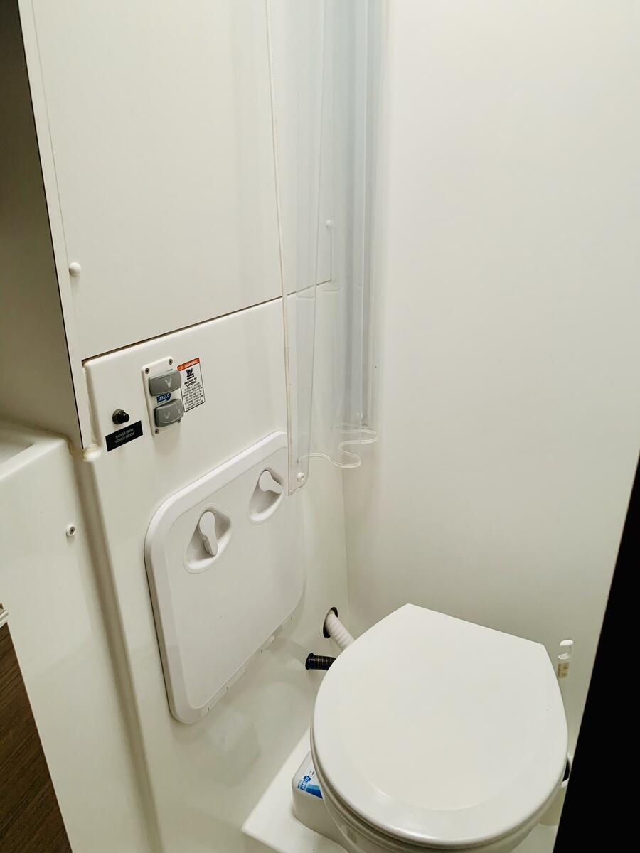 Lagoon 40 (Ubah) Toilet - 10