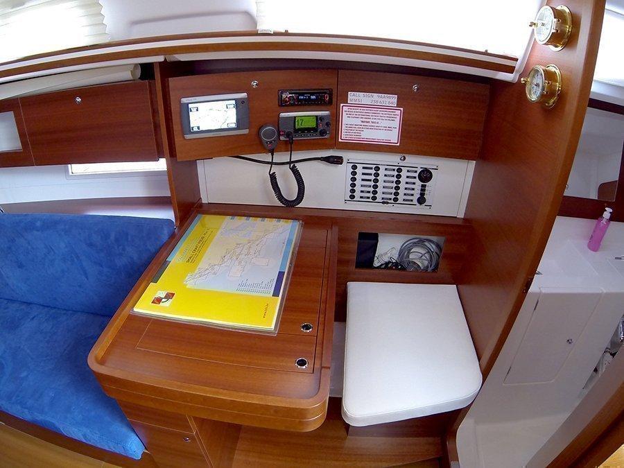 Dufour 335 GL (Lara (webasto, solar panel, shallow draft)) Dufour 335 GL navigation table - 12