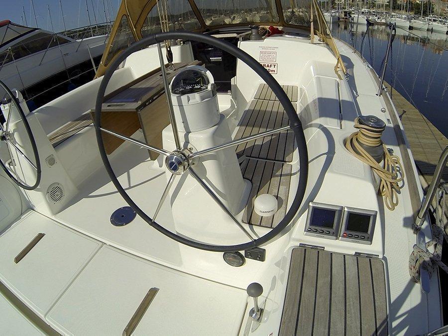Dufour 335 GL (Lara (webasto, solar panel, shallow draft)) Dufour 335 GL helm - 2