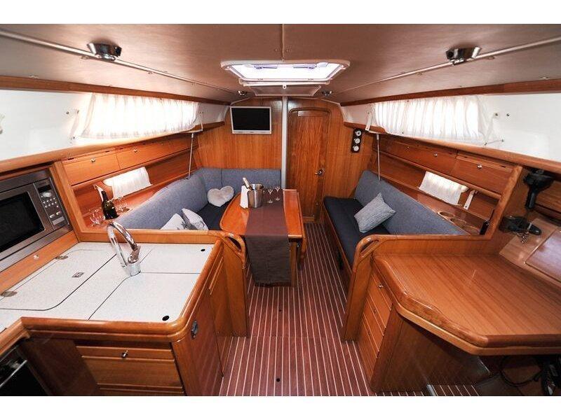 Bavaria 34 Cruiser (Nina Nina) Interior image - 8