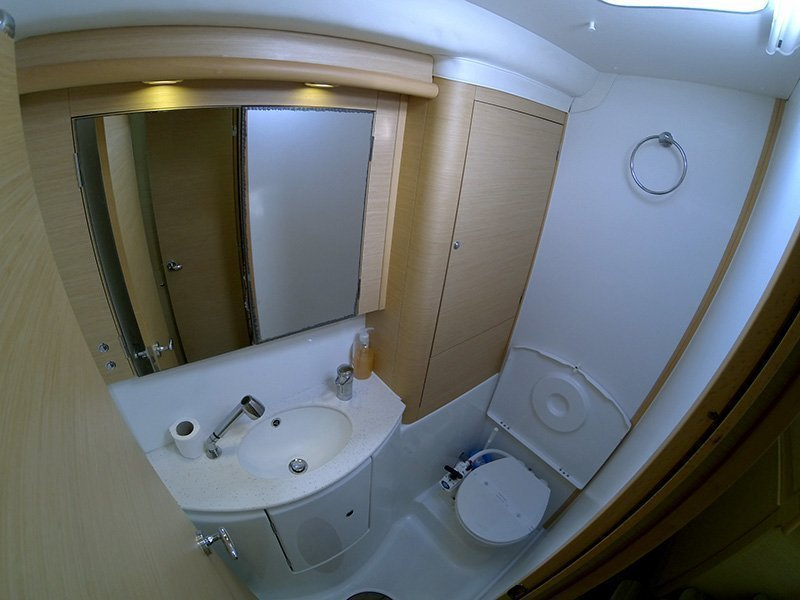Lagoon 440 (Kit Kat) Bathrooom - 3