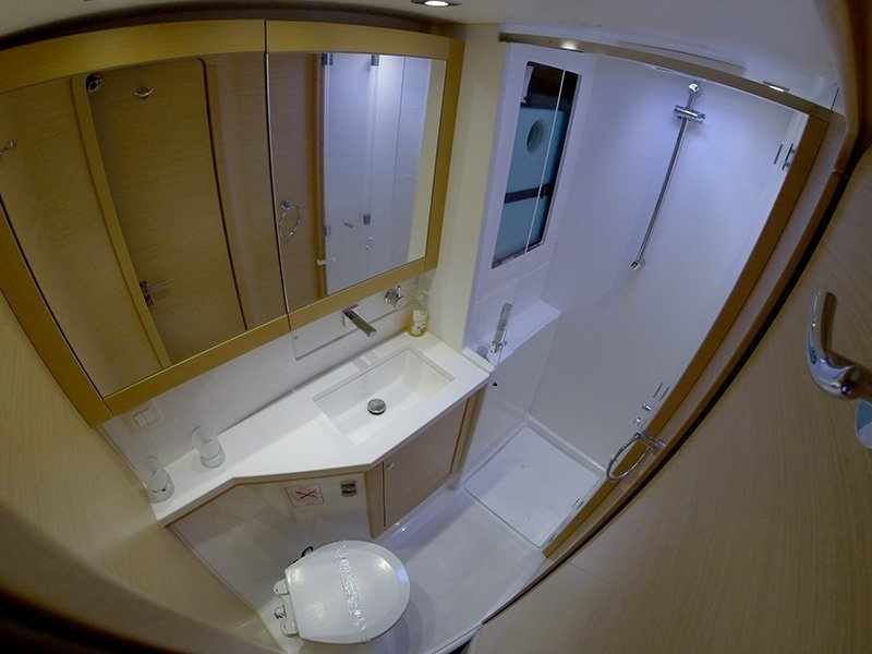 Lagoon 450 (Chin Chon) Bathrooom - 16