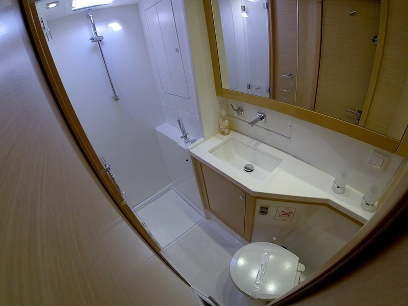 Lagoon 450 (Chin Chon) Bathrooom - 9
