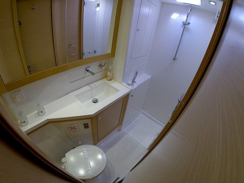 Lagoon 450 (Chin Chon) Bathrooom - 14