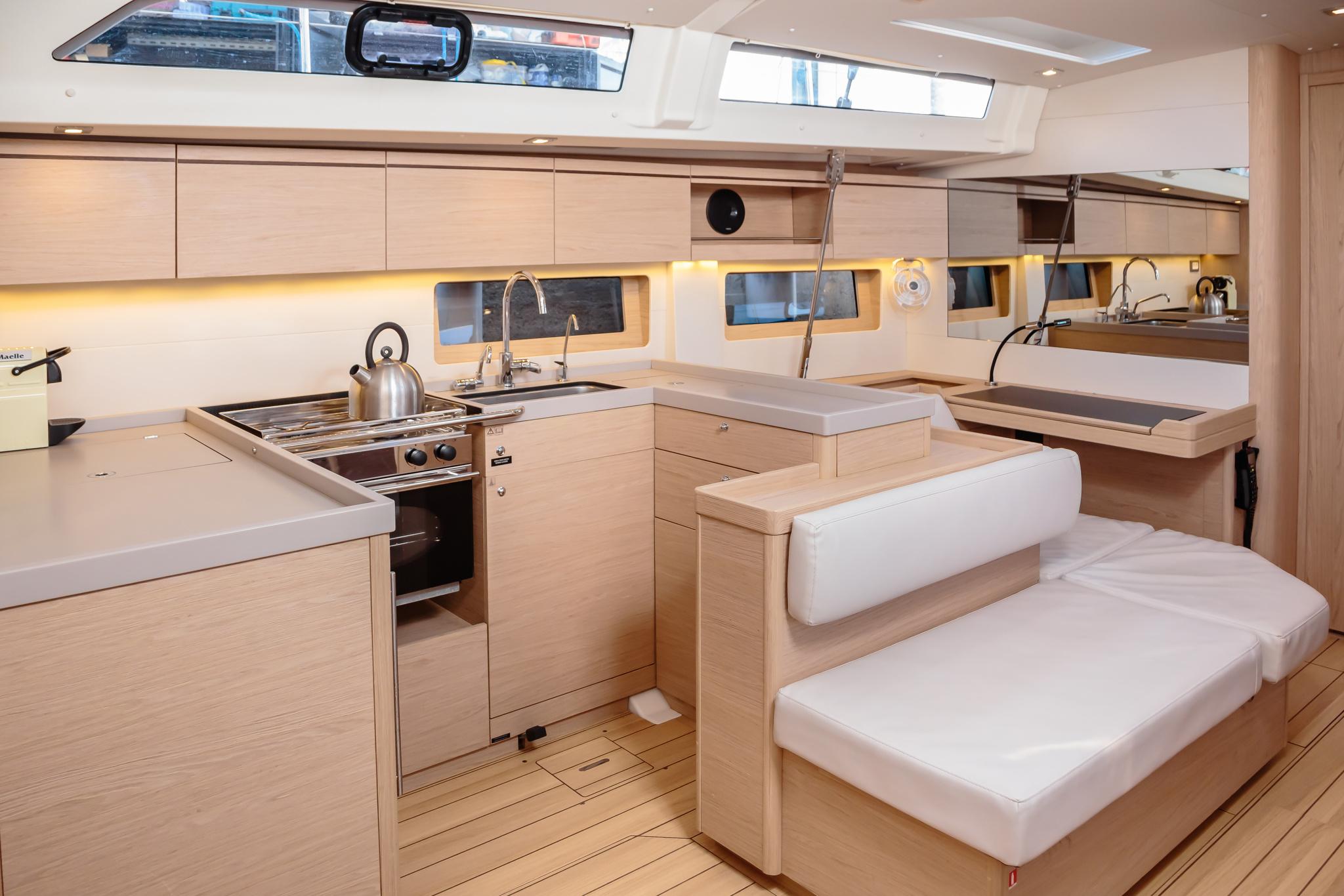 Oceanis 51.1 (Maelle) cucina e piano carteggio - 4
