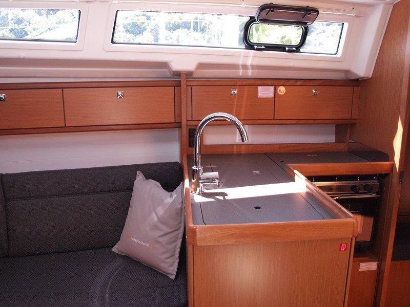 Bavaria Cruiser 33 (Sea Lion) interior - 8
