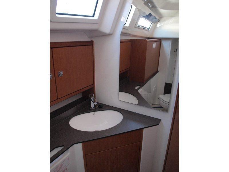 Bavaria Cruiser 33 (Sea Lion) interior - 9