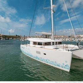 Wonderland (Cabin charter) starboard bow